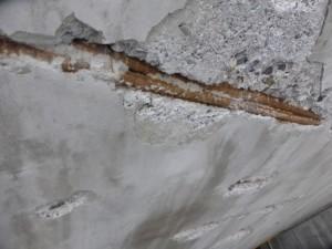 コンクリートのかぶりが浅いと割れてしまい鉄筋が錆びて壊れてしまいます。