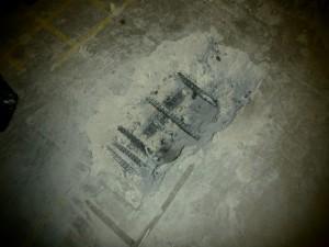 鉄筋のはつり調査。コンクリートを削って実際の鉄筋の状態を確認します。図面がない場合などこの調査が必要な場合があります。